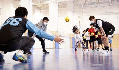 フューチャー株式会社、ジークスター東京の現役プロ選手に教わる IT×ハンドボール体験教室 を7月10日(土)に開催